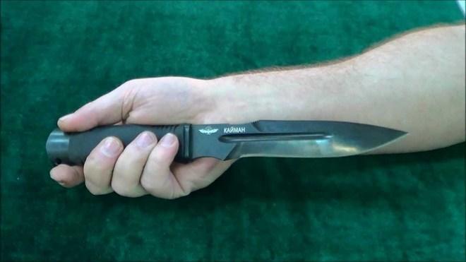 Нож Кайман в руке