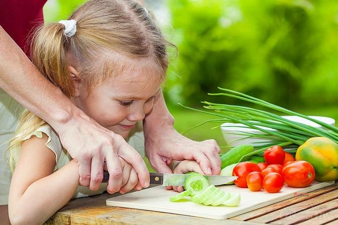 Ребенок и нож