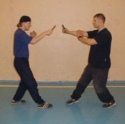 Два человека в боевых стойках