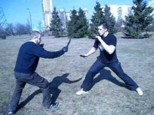 Два человека имитируют уличную драку с ножом
