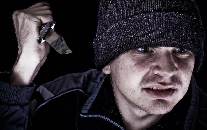 Бандит нападает с ножом