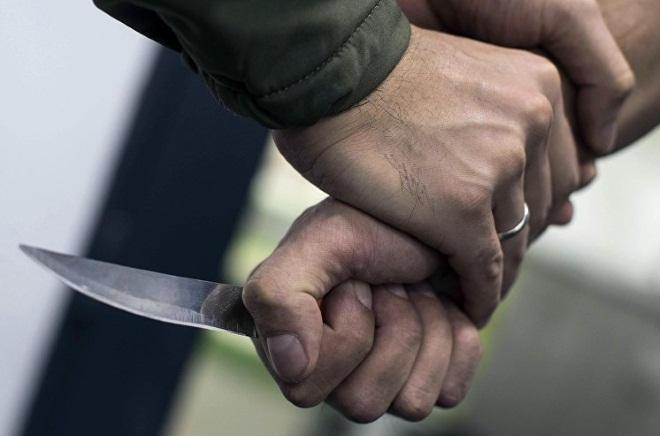 Захват руки с ножом