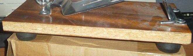 Точилка прикручена к доске