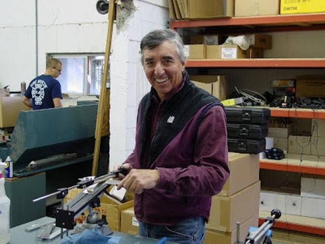 Бен Дейл у станка Apex для заточки ножей