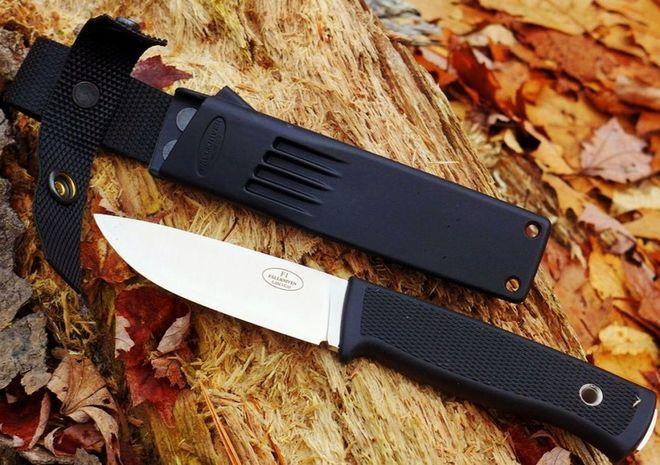 Красивый нож F1 на осеннем фоне