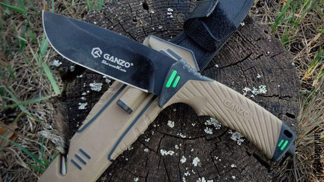Нож Ganzo G8012 с ножнами лежит на пеньке