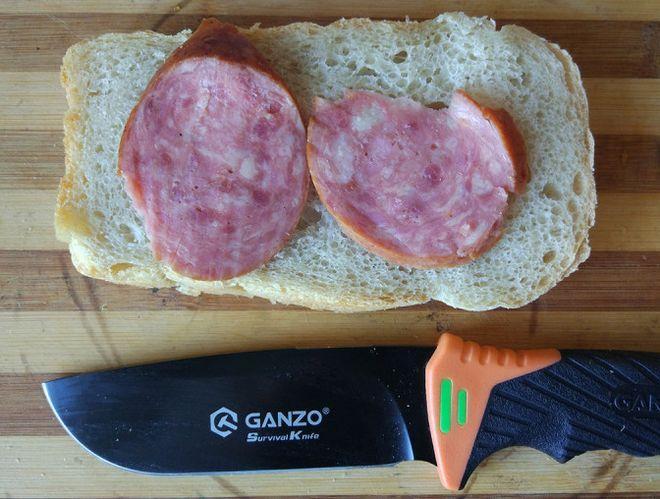 Нож Ganzo на фоне бутерброда