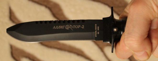 Нож для выживания Аллигатор 2 нк5696 в руке