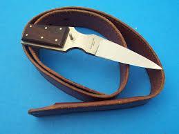нож в пряжке ремня.