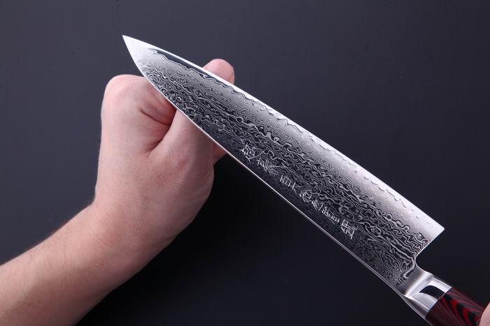 проверка заточки ножа ногтем.