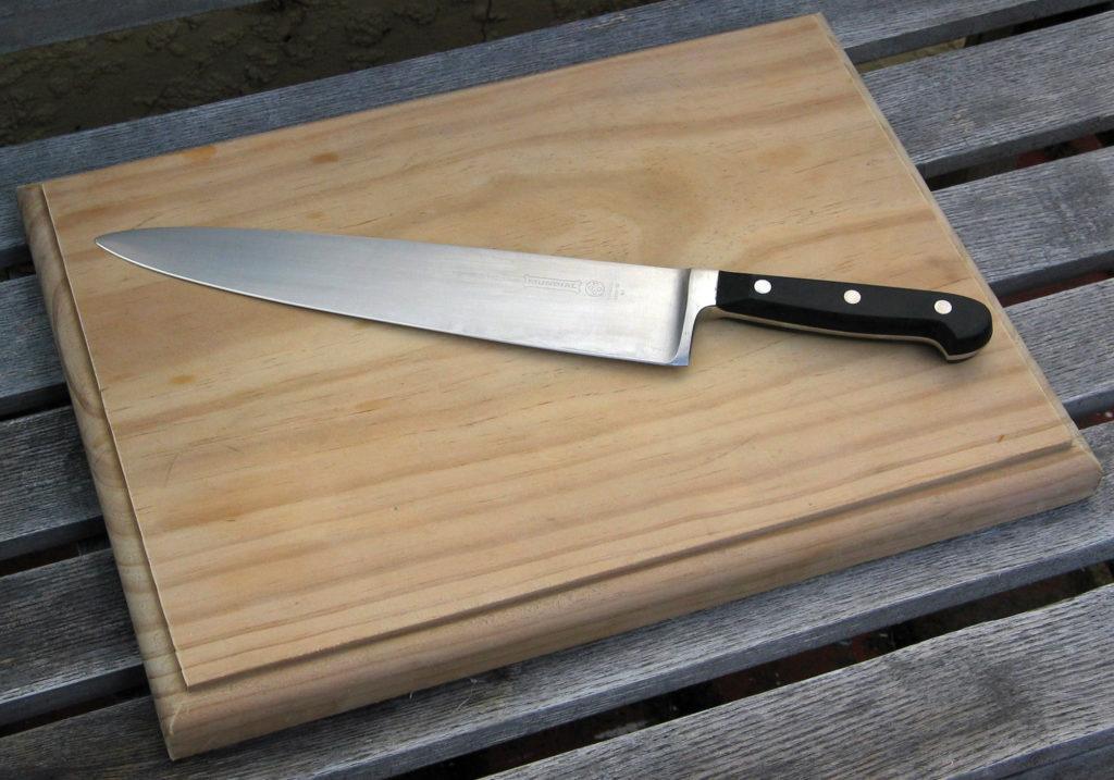 использование ножа и доски.
