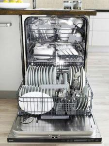 Посудомойка - кухонная помощница.
