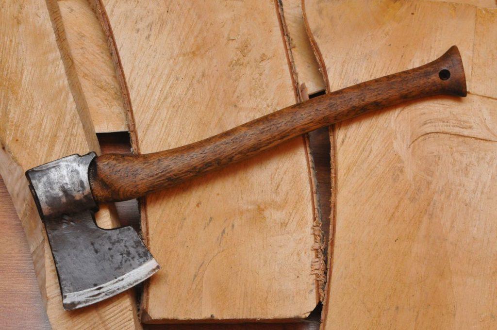 Топор плотника.