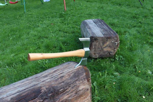 Как сделать топор из рельсы своими руками.