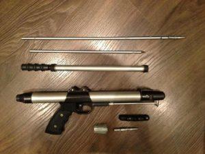 Разобранное ружье для подводной охоты.
