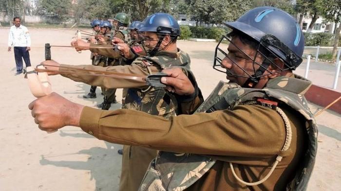 Индийскую полицию вооружили рогатками.