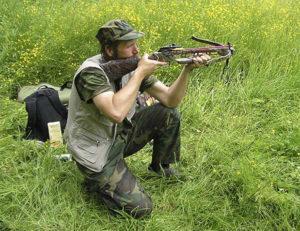 Стрельба из арбалета с колена.